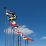 Banderas de los países europeos contra el cielo azul Imagenes de archivo