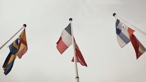 Banderas de los pa?ses europeos Francia, Espa?a, Noruega, Finlandia, Polonia contra el cielo almacen de video
