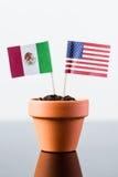 Banderas de México y de los Estados Unidos Fotos de archivo