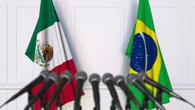 Banderas de México y del Brasil en la rueda de prensa internacional de la reunión o de las negociaciones almacen de video