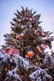 Banderas de país para arriba en un árbol de navidad encendido Imagen de archivo