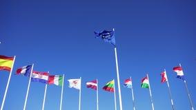 Banderas de países europeos contra el cielo azul almacen de metraje de vídeo