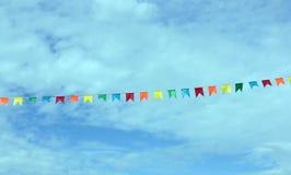 Banderas de papel en un cielo Foto de archivo libre de regalías