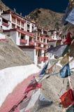 Banderas de Parying en el monasterio Rhizong, Ladakh, la India del budhist Imagenes de archivo
