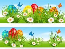 Banderas de Pascua con los huevos multicolores en una hierba libre illustration