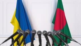 Banderas de Ucrania y de Bangladesh en la rueda de prensa internacional de la reunión o de las negociaciones animación 3D almacen de metraje de vídeo