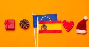 Banderas de unión de España y de Europa con los regalos de la Navidad Foto de archivo libre de regalías