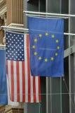 Banderas de unión europea de Estados Unidos América Foto de archivo libre de regalías