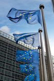 Banderas de unión europea delante del edificio de Berlaymont (Europa Imágenes de archivo libres de regalías