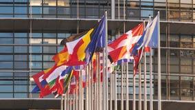 Banderas de unión europea en la fachada de la sede del parlamento almacen de video