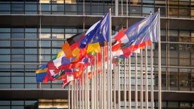 Banderas de unión europea de la cámara lenta en la fachada de la sede del parlamento almacen de metraje de vídeo