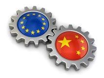 Banderas de unión china y europea en engranajes (trayectoria de recortes incluida) Fotografía de archivo