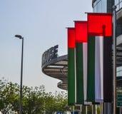 Banderas de United Arab Emirates delante del edificio imágenes de archivo libres de regalías