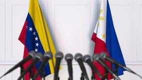 Banderas de Venezuela y de Filipinas en la rueda de prensa internacional de la reunión o de las negociaciones animación 3D almacen de metraje de vídeo