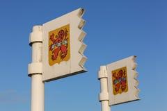 Banderas de Zoutelande con la cresta de la ciudad imágenes de archivo libres de regalías