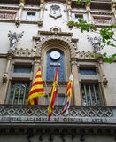 Banderas debajo del reloj español Fotografía de archivo