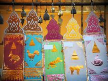 Banderas decorativas coloridas artísticas y otros accesorios del ritual de los elementos Fotos de archivo