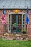 Banderas del americano y de Maryland delante de pequeño r americano típico fotografía de archivo