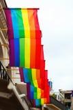 Banderas del arco iris en casas Fotografía de archivo