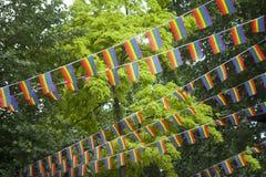 Banderas del arco iris en el jardín durante el orgullo gay Fotografía de archivo