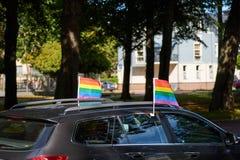 Banderas del arco iris en un coche fotos de archivo libres de regalías