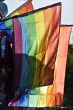 Banderas del arco iris en un desfile de orgullo gay fotos de archivo