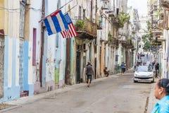 Banderas del cubano y de Estados Unidos al corriente Imagenes de archivo