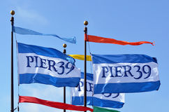 Banderas del embarcadero 39 en el muelle San Francisco CA del pescador Fotos de archivo libres de regalías