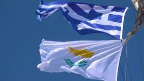 Banderas del Griego que agitan y de Chipre almacen de video