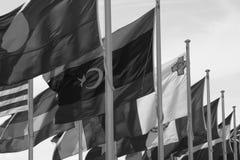 Banderas del mundo en el viento imagen de archivo