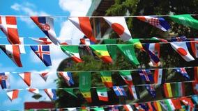 Banderas del mundo entero en la calle de la ciudad almacen de video