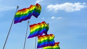 Banderas del orgullo de LGBT que agitan contra el cielo almacen de video