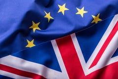 Banderas del Reino Unido y de la unión europea Bandera BRITÁNICA y bandera de la UE Indicador británico de gato de unión Fotografía de archivo libre de regalías