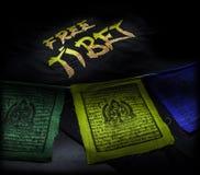 Banderas del rezo con la camiseta libre de Tíbet Foto de archivo