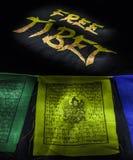 Banderas del rezo con la camiseta libre de Tíbet Imagen de archivo libre de regalías