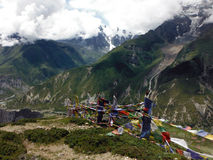 Banderas del rezo del baile en Himalaya durante monzón Fotos de archivo libres de regalías