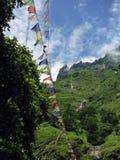 Banderas del rezo en el Himalaya más bajo de Annapurna Foto de archivo libre de regalías