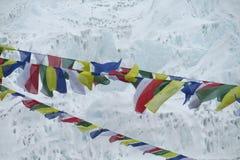 Banderas del rezo en el senderismo de Nepal en las montañas de Himalaya Fotos de archivo