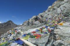 Banderas del rezo en el senderismo de Nepal en las montañas de Himalaya Fotos de archivo libres de regalías