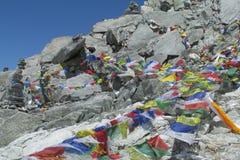 Banderas del rezo en el senderismo de Nepal en las montañas de Himalaya Imagenes de archivo