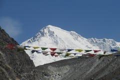 Banderas del rezo en el senderismo de Nepal en las montañas de Himalaya Imagen de archivo libre de regalías