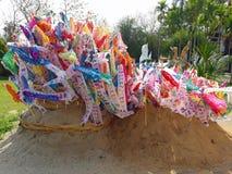 banderas del rezo en pagoda de la arena en el templo en festival del songkran imagen de archivo