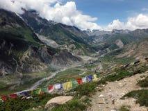 Banderas del rezo en valle Himalayan Fotografía de archivo libre de regalías