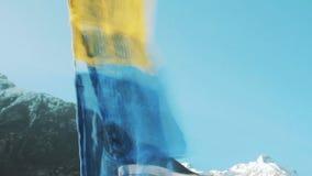Banderas del rezo, Lungta en el fondo de las montañas Himalayan Langtang almacen de video