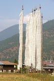 Banderas del rezo, pueblo de Sopsokha, Punakha, Bhután Fotografía de archivo
