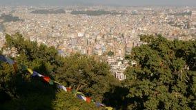 Banderas del rezo que agitan contra paisaje urbano Propósito de agitar banderas multicoloras del rezo en secuencias sobre el pais almacen de metraje de vídeo