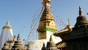 Banderas del rezo que vuelan en el viento, el templo de Swayambhunath Stupa, del mono, la pagoda santa, el símbolo de Nepal y la  almacen de metraje de vídeo
