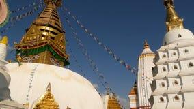 Banderas del rezo que vuelan en el viento, el templo de Swayambhunath Stupa, del mono, la pagoda santa, el símbolo de Nepal y la  metrajes