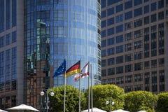 Banderas delante de los edificios de oficinas en Berlín Fotos de archivo libres de regalías