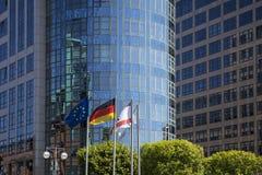 Banderas delante de los edificios de oficinas en Berlín Fotografía de archivo libre de regalías